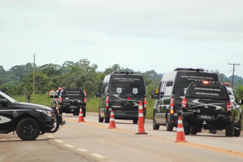 Comboio do Sistema Penitenciário Federal sai do Presídio Federal de Porto Velho rumo ao aeroporto internacional da capital.  — Foto: Pedro Bentes/G1