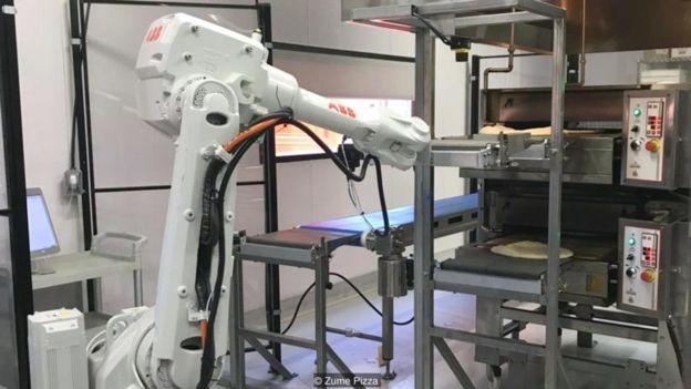 Robôs-pizzaiolos poderiam revolucionar indústria de entrega de fast food (Foto: Zume Pizza via BBC News Brasil)