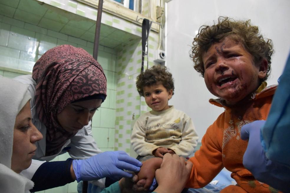 Crianças feridas recebem tratamento em Aleppo; pelo menos 68 teriam morrido em ataque no sábado (Foto: George Ourfalian / AFP)