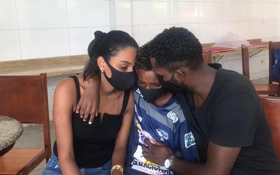 Pais consolam Luiz Eduardo, de 11 anos, após episódio de suposto racismo — Foto: Bruno Dourado/TV Anhanguera