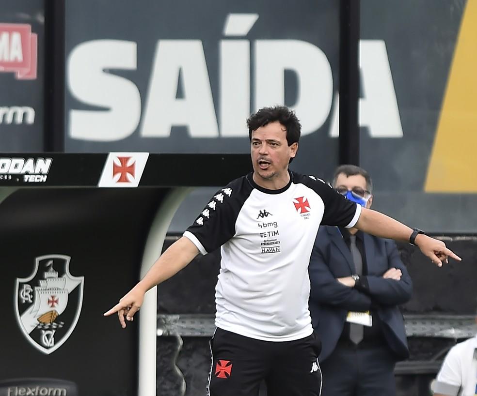 Fernando Diniz no comando do Vasco em jogo contra o Cruzeiro — Foto: André Durão