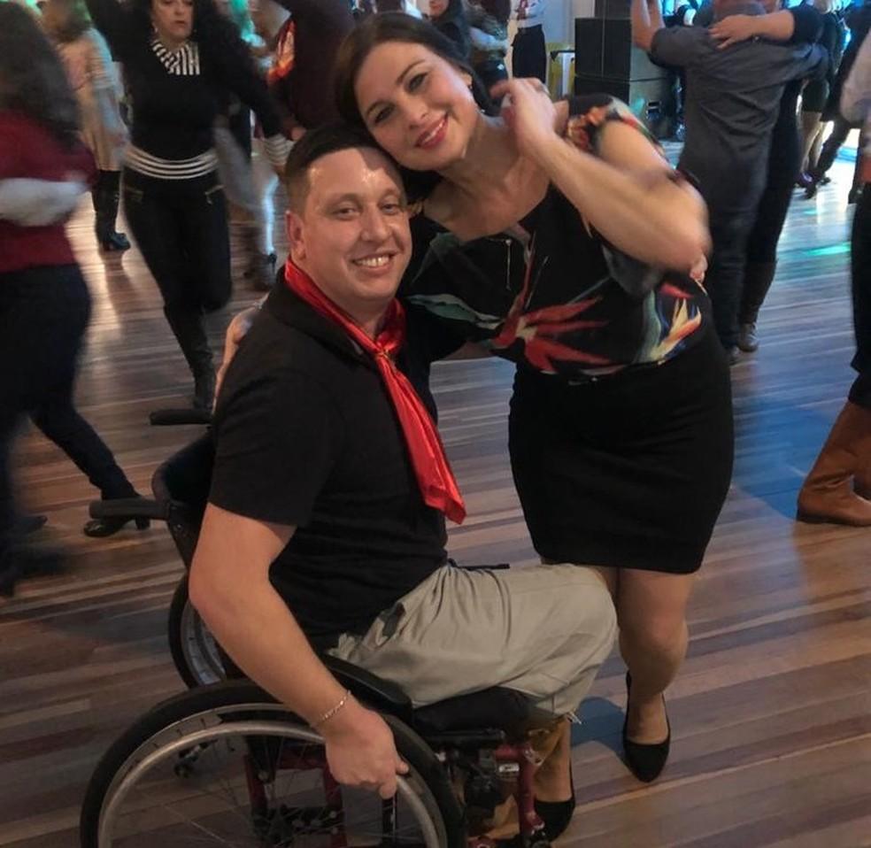 Paraplégico, ex-caminhoneiro dança em bailes gaúchos — Foto: Giovani Grizotti