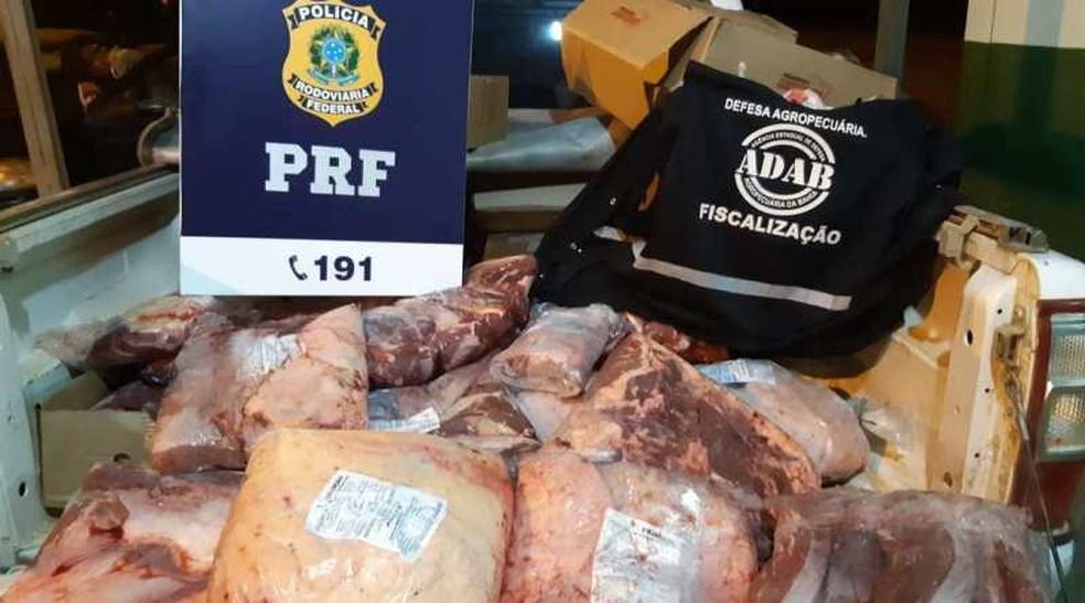 Quase 200 Kg de carne transportada em caixas de papelão e sem refrigeração é apreendida na Bahia — Foto: Polícia Rodoviária Federal/BMD