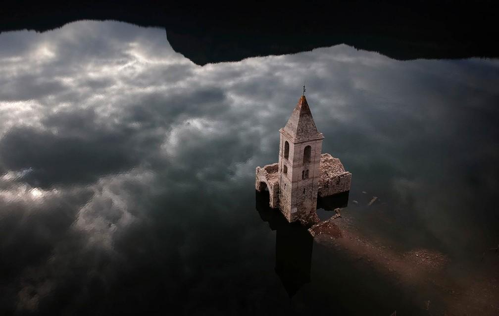11 de janeiro - Torre de uma igreja do século XI que foi submersa no início da década de 1960 com a construção de um reservatório é vista na reserva de Sau, em Vilanova de Sau, na região da Catalunha, Espanha (Foto: Emilio Morenatti/AP)