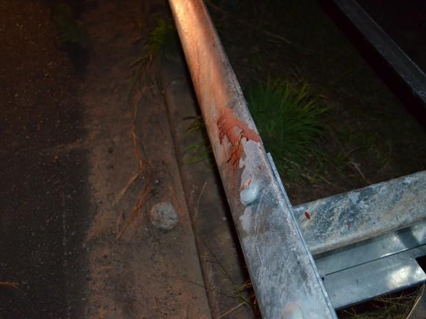 Vítima bateu na barra de proteção da rodovia e lesionou braço esquerdo (Foto: Marcelo Marques/ G1 RR)