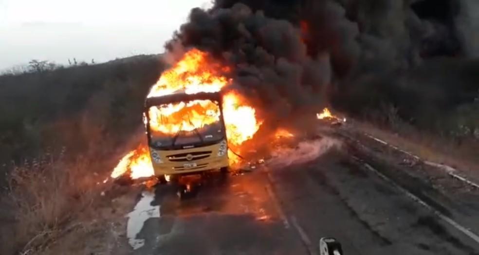 Incêndio destruiu o ônibus escolar na cidade de Granja, na Região Norte do Ceará.  — Foto: Reprodução/DN