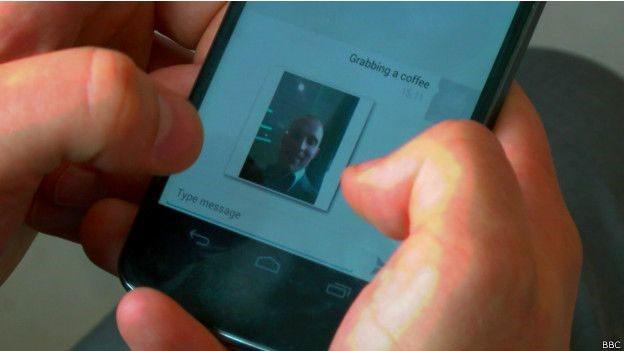 Programa também permite tirar fotos sem que dono do celular tenha conhecimento (Foto: BBC)