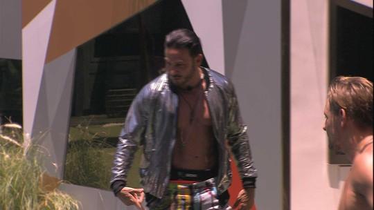 Gustavo veste roupa de brother e brinca: 'Com vocês, Vinícius'