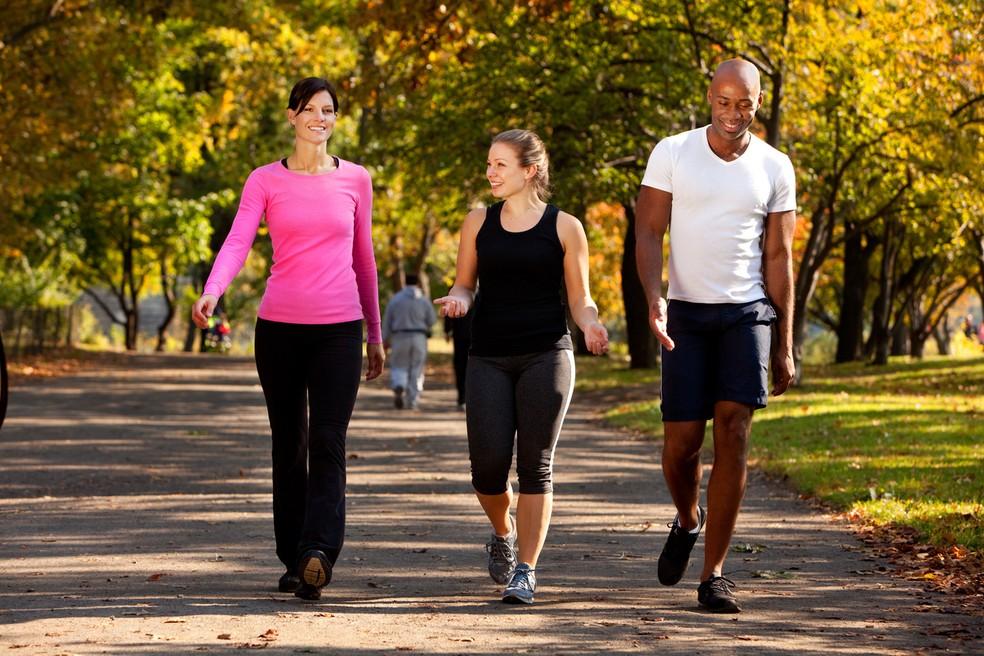 Caminhada é uma atividade simples e acessível que pode fazer toda a diferença na saúde — Foto: Istock