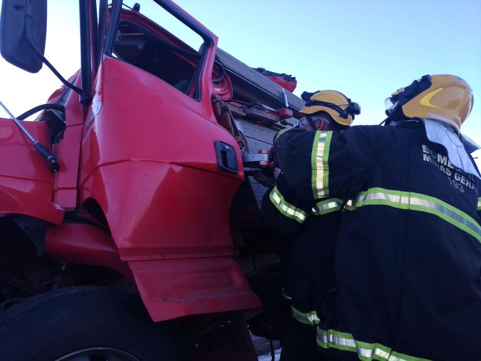 Corpo do motorista foi retirado das ferragens pelos bombeiros (Foto: Corpo de Bombeiros/Divulgação)