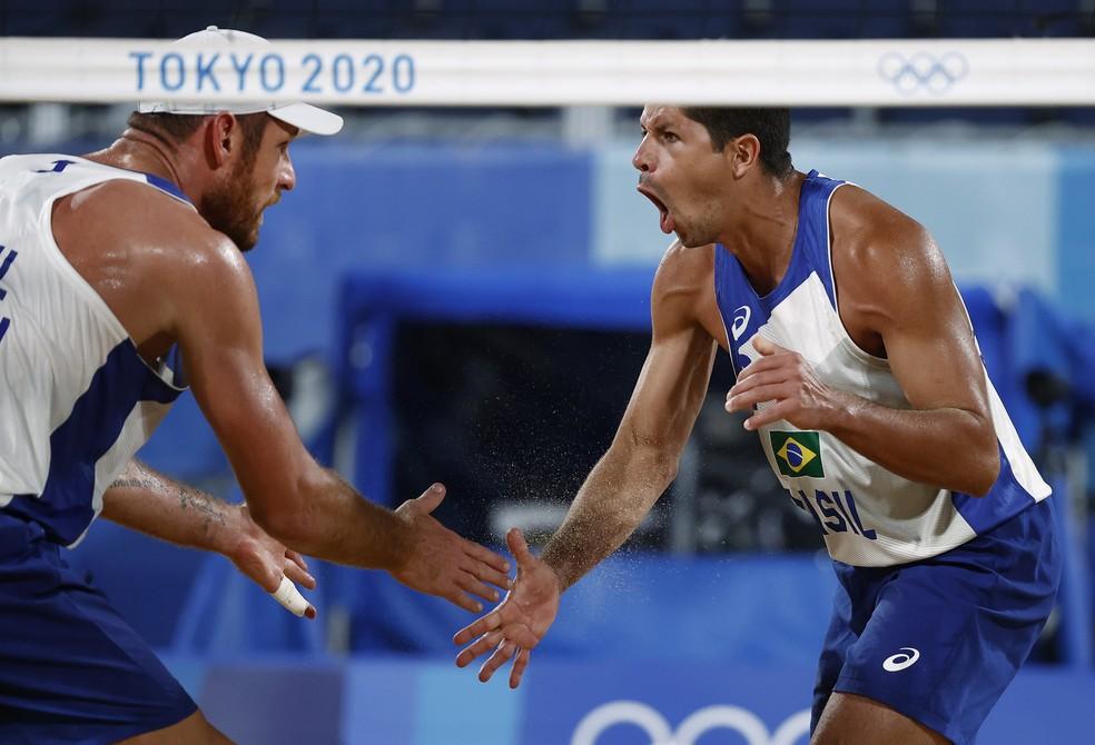 Alison e Alvinho venceram e se classificaram ara as oitavas — Foto: PILAR OLIVARES/Reuters