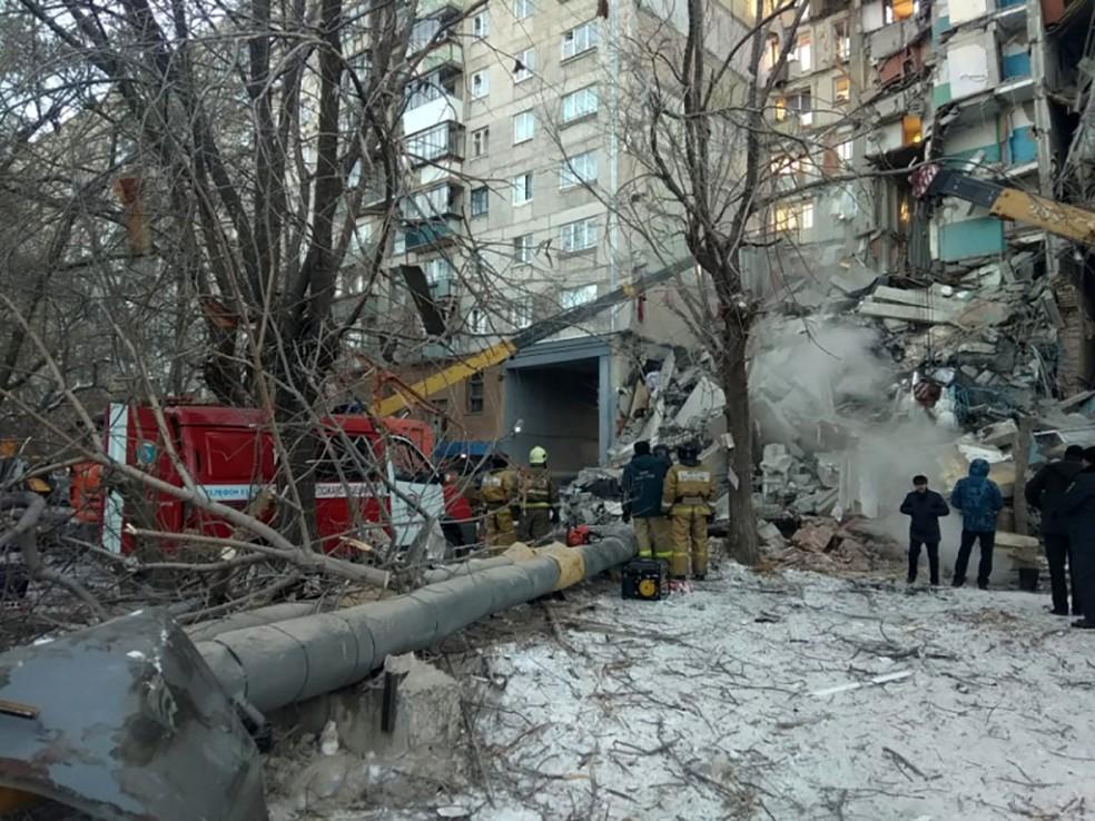 Prédio desaba parcialmente na Rússia. Suspeita é que uma explosão de gás tenha afetado a estrutura do edifício. — Foto: HO / Russian Emergency Situations Ministry / AFP