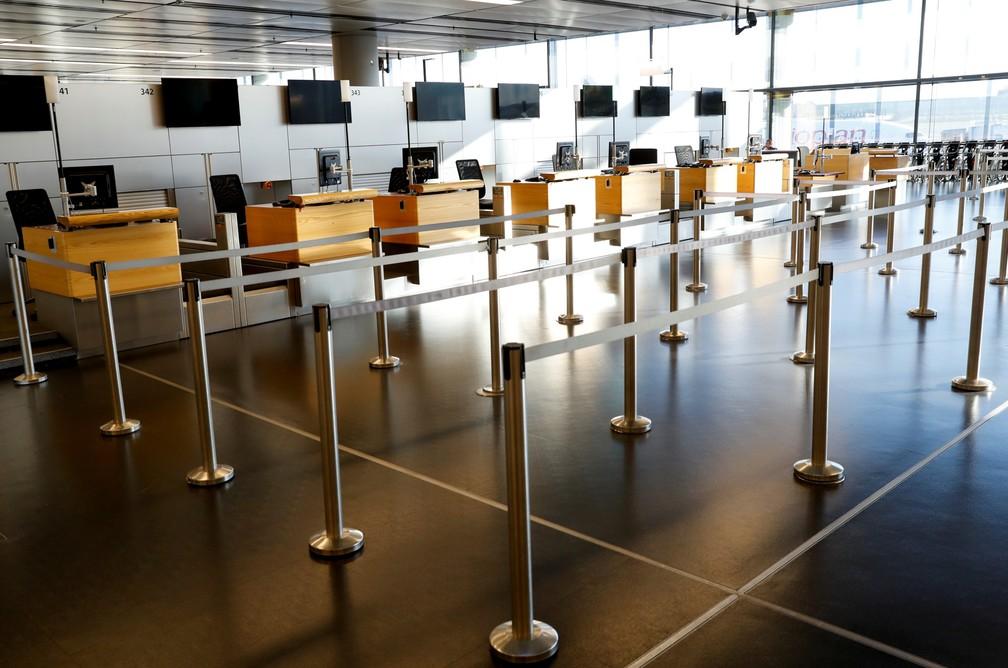 18 de março - A área de check-in da Austrian Airlines é vista completamente vazia no aeroporto Schwechat, em Vienna, na Áustria — Foto: Leonhard Foeger/Reuters