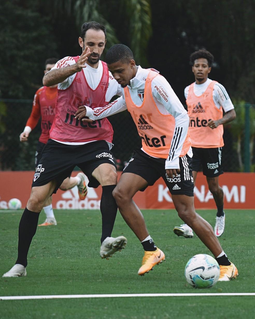 Juanfran e Brenner no treino do São Paulo — Foto: Erico Leonan / saopaulofc.net