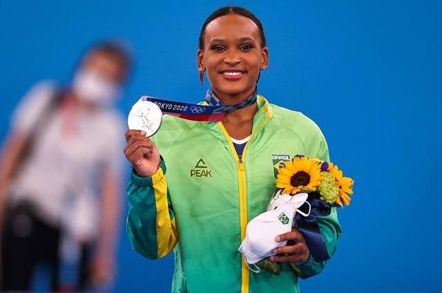 Rebeca Andrade com a medalha de prata (Foto: Jonne Roriz/COB)