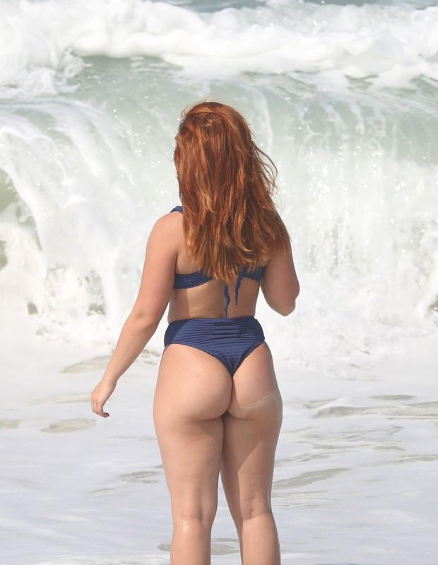Larissa Manoela em praia do Rio (Foto: Agnews)