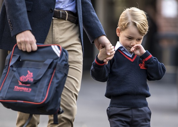 LONDON, ENGLAND - SEPTEMBER 7: (EDITORS NOTE: Retransmission of #843614132 with alternate crop.) Prince George of Cambridge arrives for his first day of school at Thomas's Battersea on September 7, 2017 in London, England. (Photo by Richard Pohle - WPA Po (Foto: Getty Images)