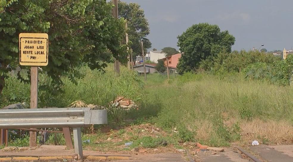 Acúmulo de lixo e de entulho preocupam os moradores de Itapetininga (SP) — Foto: TV TEM/Reprodução