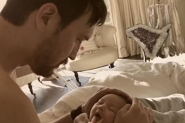 O músico Danny Fujikawa com sua filha com a atriz Kate Hudson (Foto: Instagram)