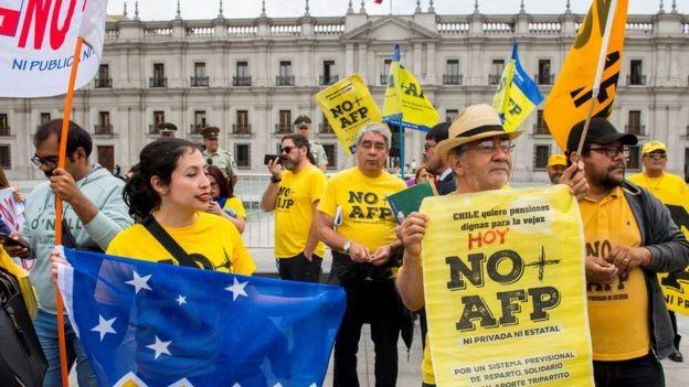 Política econômica implementada pelo governo militar segue causando polêmica no Chile (Foto: AFP via BBC)