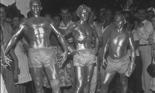 Homens pintados de prata durante o carnaval de 1957