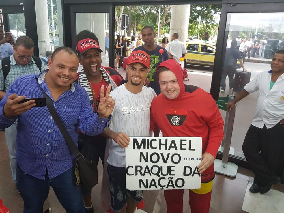Michael com torcedores no desembarque no Rio de Janeiro — Foto: Fred Huber