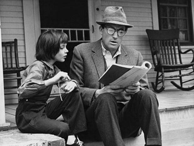 Mary Badham, então com 10 anos de idade, ao lado de Gregory Peck em cena de 'O sol é para todos' (Foto: Divulgação)