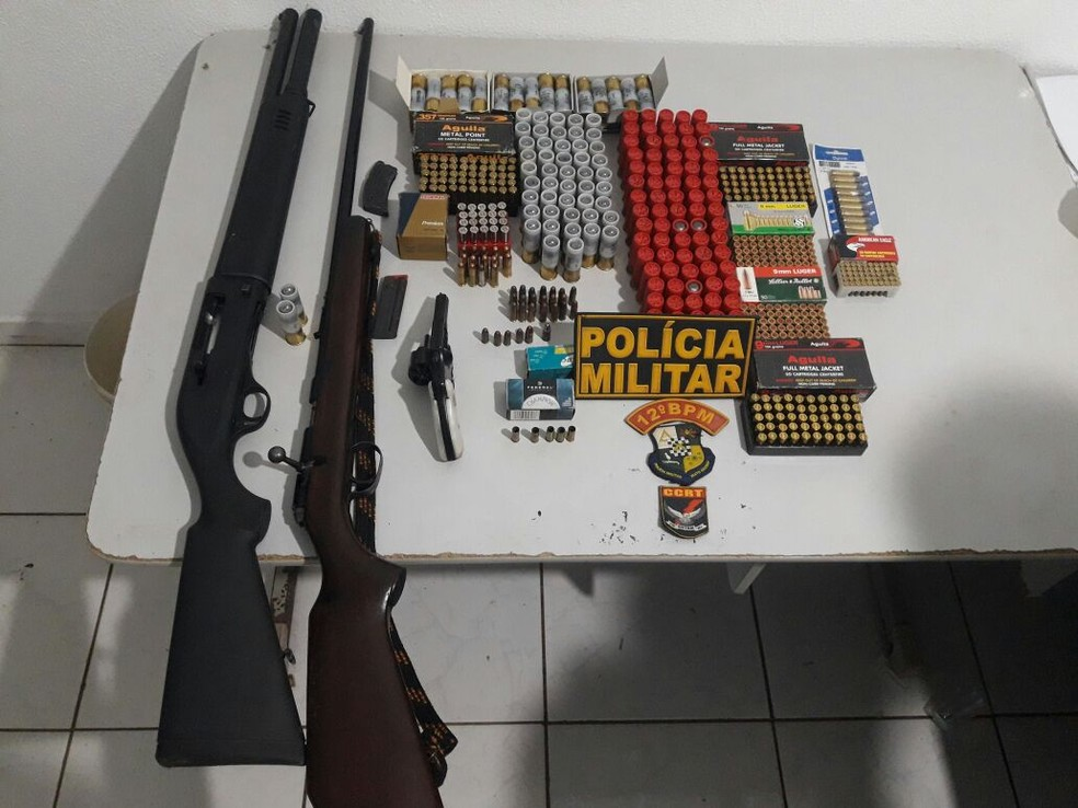 Depois do crime, a polícia fez uma busca na casa dele e encontrou três armas e munições (Foto: Polícia Militar de MT)