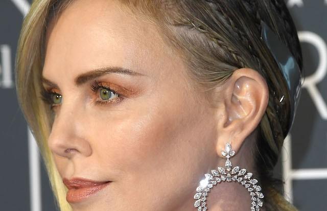 Charlize Theron e o acessório futurista que fez toda a diferença no penteado com rabo torcido e tranças fininhas. (Foto: Getty Images)