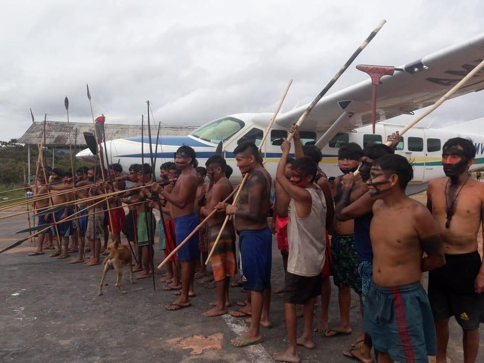Indígenas armados impedem que aviões decolem da Terra Indígena Yanomami — Foto: Júnior Yanomami/Arquivo Pessoal