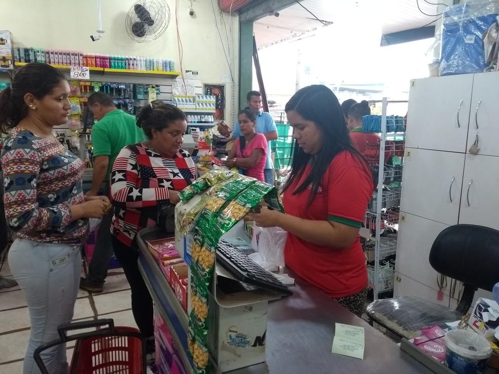 Comércio em Pacaraim recebe imigrantes neste sábado (11) — Foto: Jackson Félix/G1 RR