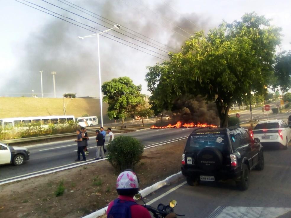 Trânsito foi interrompido por causa do fogo (Foto: Erick Henrique)