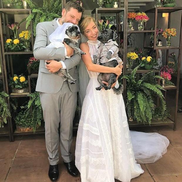 Os noivos com os pets (Foto: Reprodução/Instagram)