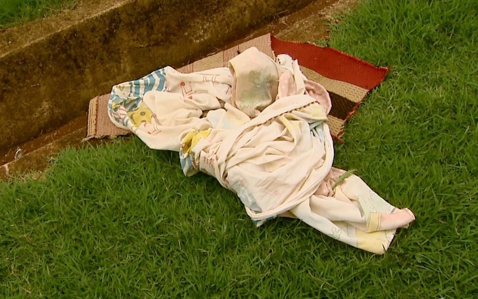 Segundo a Polícia Militar, lençol cedeu quando menina de 9 anos tentava fugir de apartamento (Foto: Paulo Souza/EPTV)