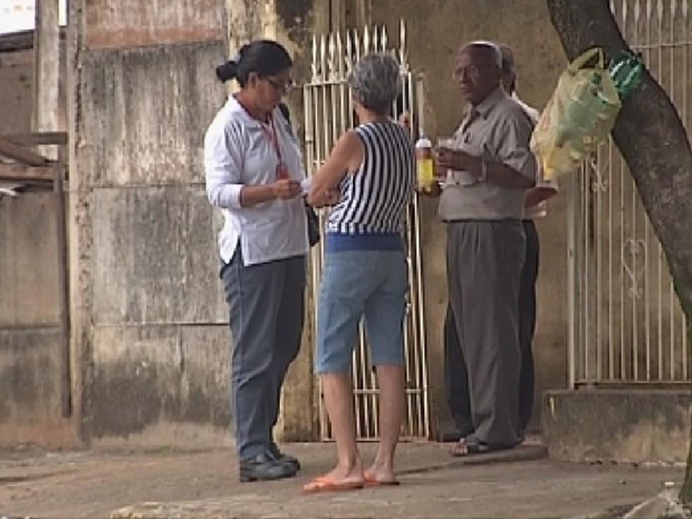 Agente de saúde conversa com moradores sobre a dengue em Araçatuba (Foto: Reprodução/TV TEM)