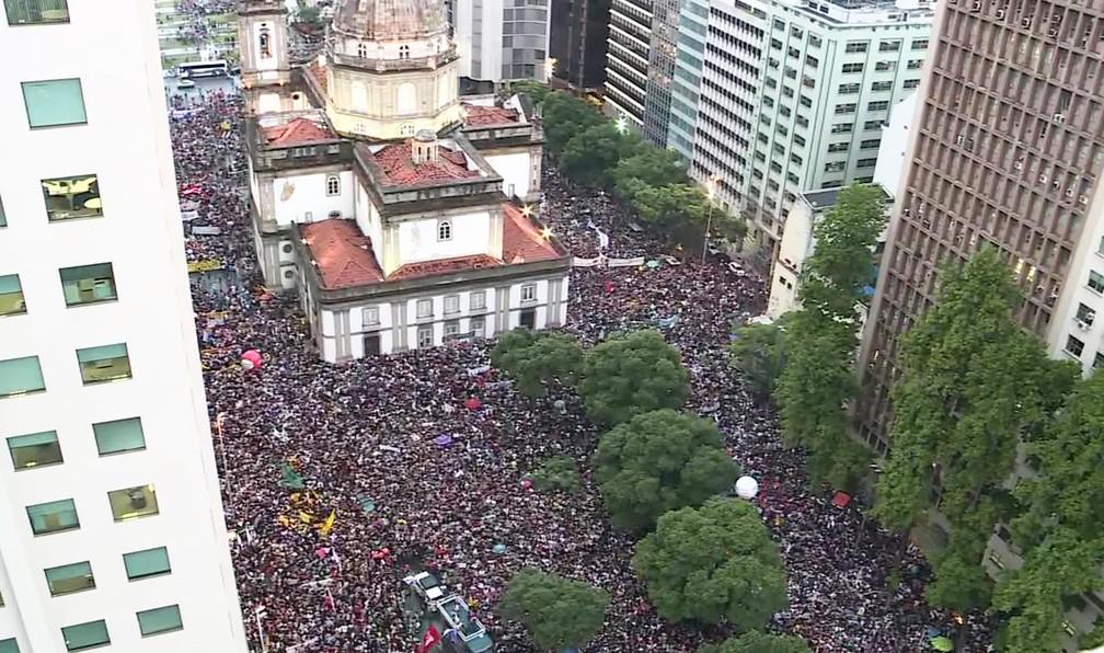 Manifestantes na Candelária em protesto contra corte na educação — Foto: Reprodução/ TV Globo