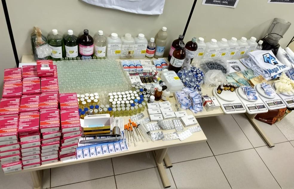 Anabolizantes e insumos usados para fabricação dos produtos foram apreendidos durante a Operação Hipertrofia, na Zona Norte de Natal — Foto: Polícia Civil/Divulgação