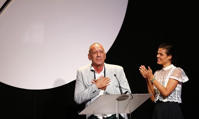 Guti Fraga recebe prêmio do Faz Diferença na categoria Segundo Caderno / Teatro