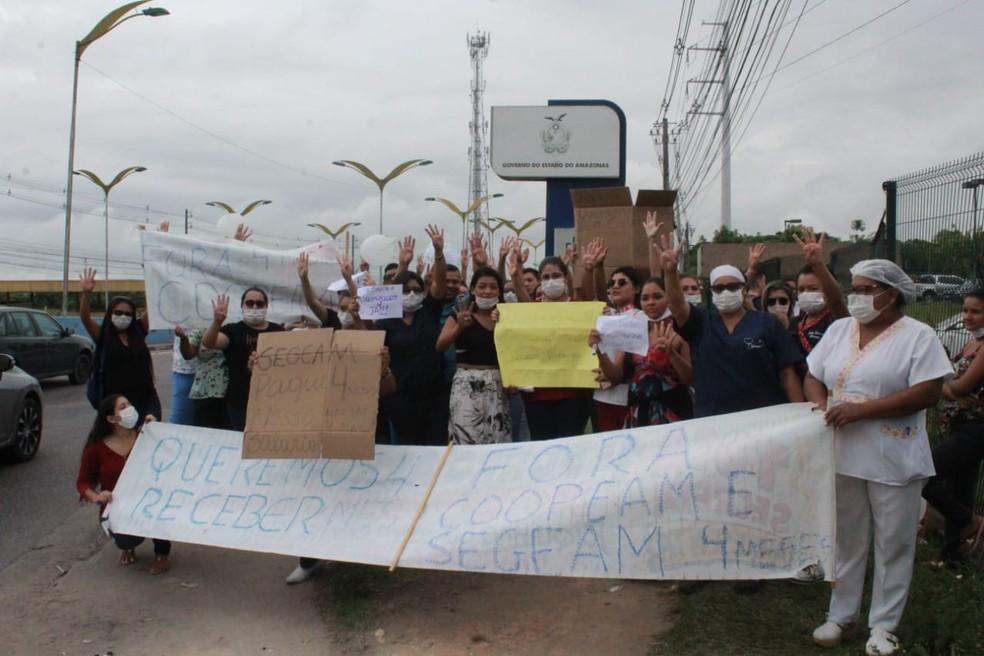 Com aplausos, gritos de reivindicação e usos de cartazes, os funcionários fecharam parte da Avenida Cosme Ferreira, no bairro São José, Zona Leste.  — Foto: Eliana Nascimento/G1 AM