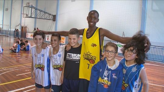 """Com 1,86m aos 12, jovem troca futebol pelo basquete: """"Acertar a cesta é fácil"""""""