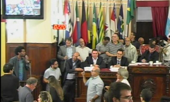 Profissional de CIEP foi denunciado por Flávio Bolsonaro após vídeo de audiência pública feito pelo seu ex-assessor da Alerj
