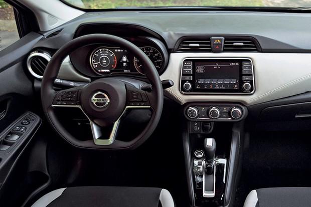 Nissan Versa - Acabamento é bom, especialmente nas versões mais caras, que contam com faixa revestida de couro costurado no painel (Foto: Divulgação)