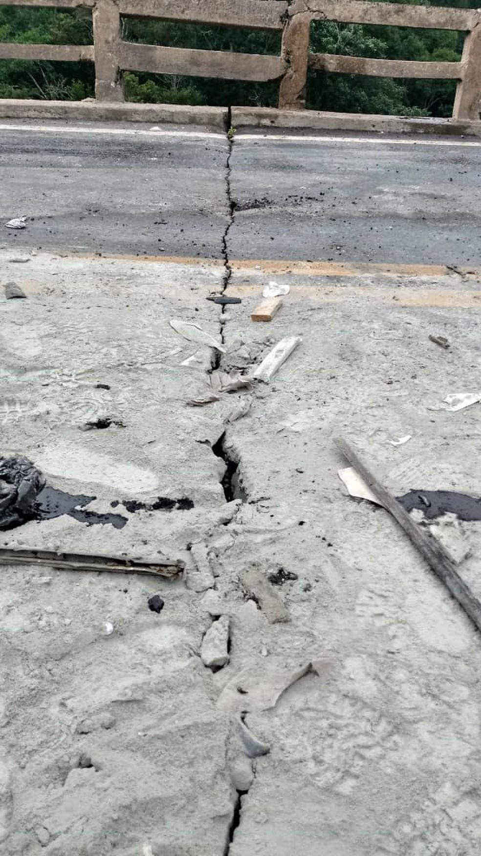 Trinca na Ponte do Caieiro, na BR-265 em Barbacena, onde houve acidente com carreta que transportava cimento neste sábado (10) — Foto: TV Barroso Regional/Reprodução