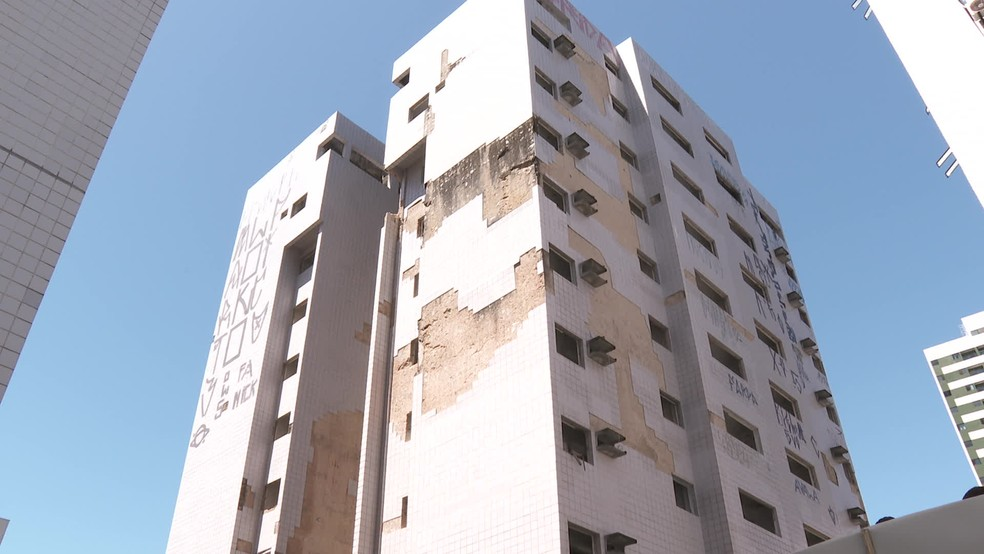 Prédio com nível máximo de risco à estrutura fica em Piedade — Foto: Reprodução/TV Globo