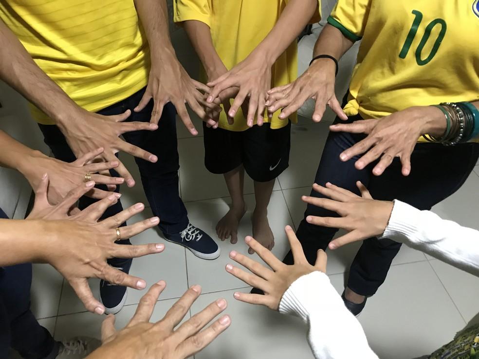 'Família hexa' junta as mãos durante encontro da família (Foto: Marília Marques/G1)