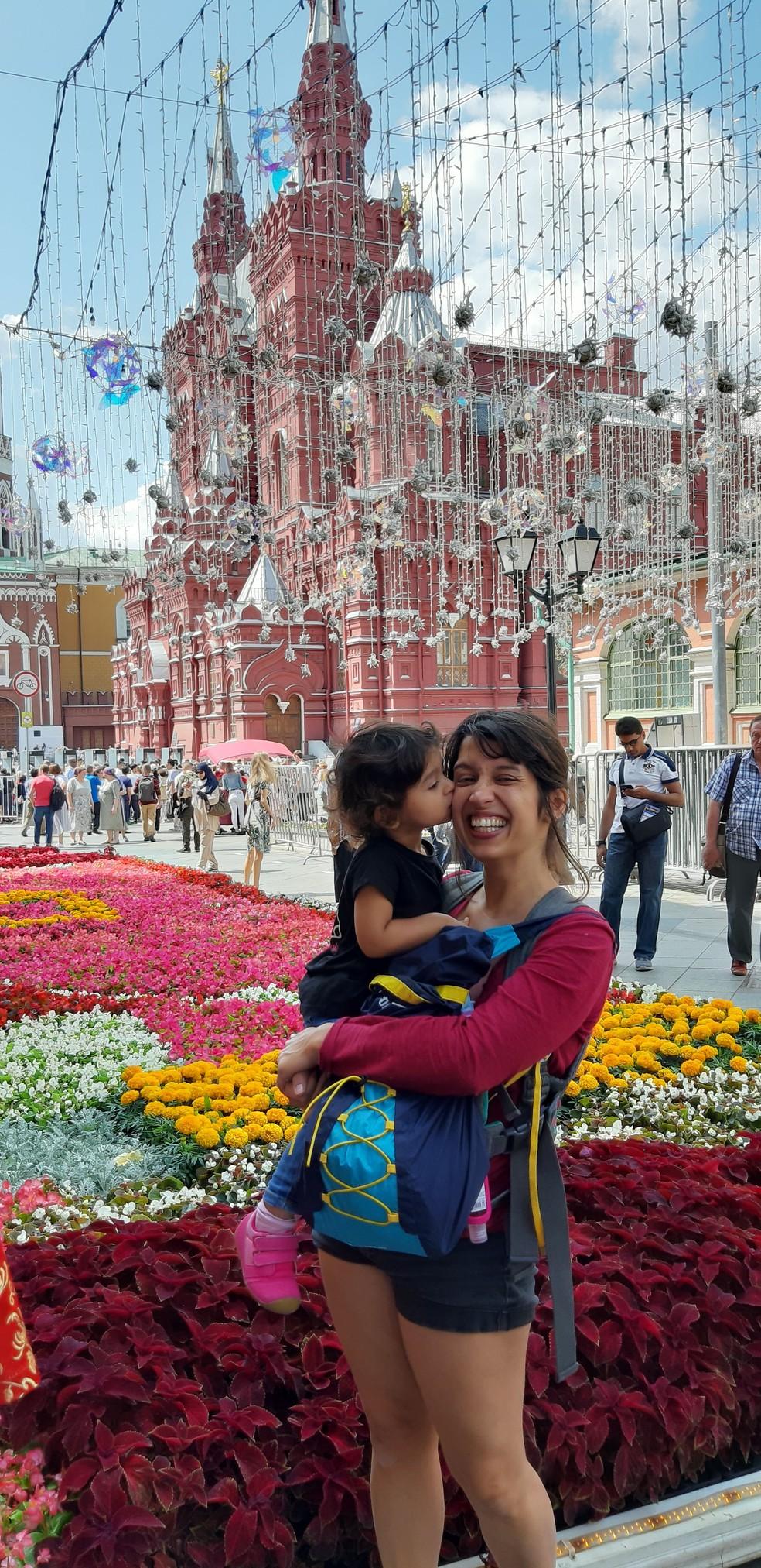 Gabriela e Olívia em Moscou, na Rússia. — Foto: Arquivo pessoal/Gabriela Antunes