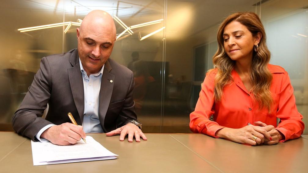 Maurício Galiotte e Leila Pereira assinam renovação do Palmeiras com a Crefisa — Foto: Fabio Menotti/Agência Palmeiras