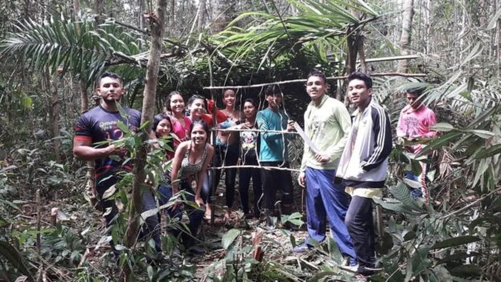 Sem um laboratório de biologia, alunos foram para a Amazônia para estudar a natureza 'in loco' — Foto: Divulgação/BBC News