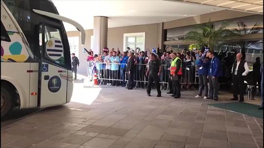 Uruguai recebe o calor da torcida em Porto Alegre, e atacante Suárez faz a alegria dos fãs