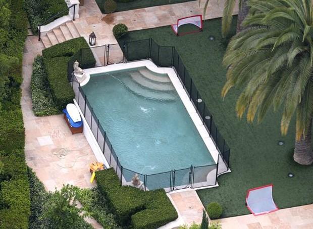 A área próxima à piscina era transformada em um pequeno campo de futebol (Foto: Splashnews/ Reprodução)